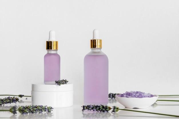 Cosméticos para tratamentos de spa com óleos de lavanda