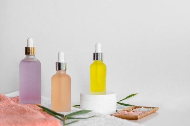 Cosméticos para tratamentos de spa com óleos naturais de vista frontal
