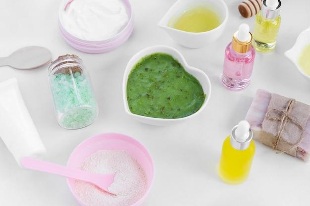 Cosméticos para tratamentos de spa em creme verde de alta vista