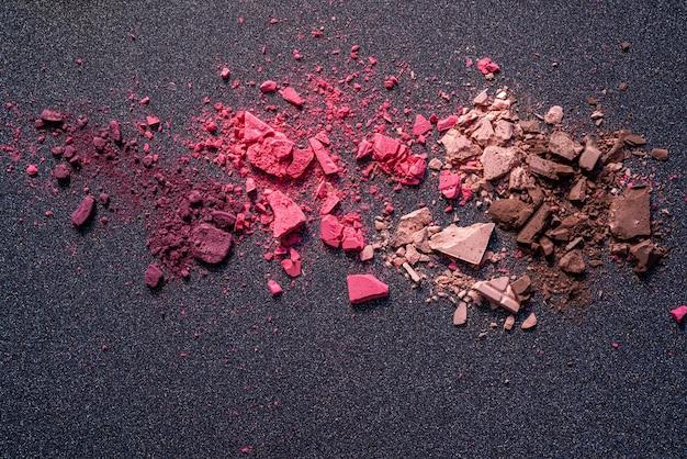 Cosméticos quebrados em pó textura colorida