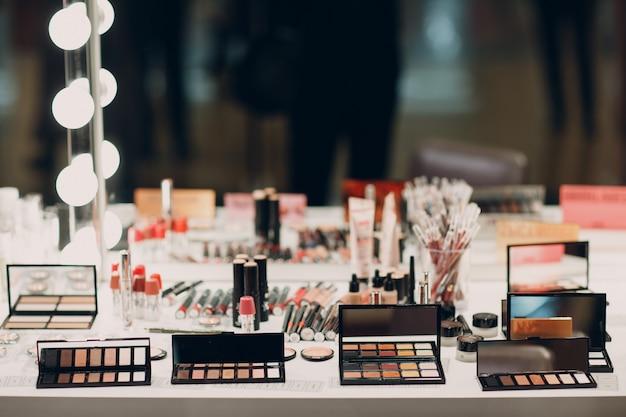 Cosméticos, sombra para os olhos, caixa de pó e outros produtos de maquiagem