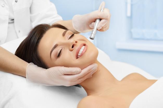 Cosmetologia de hardware. clínica de spa. microdermoabrasão. cosmetologia.