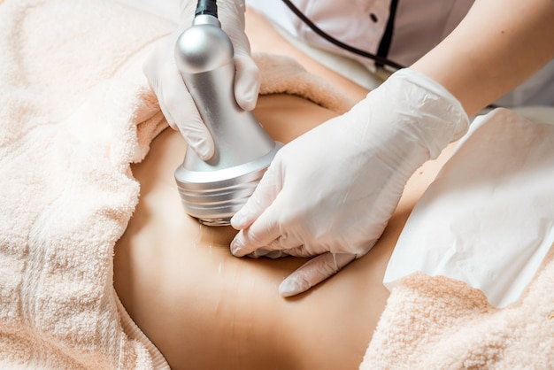 Cosmetologia de hardware. cuidado do corpo. tratamento de spa. tratamento de contorno corporal de cavitação por ultrassom.