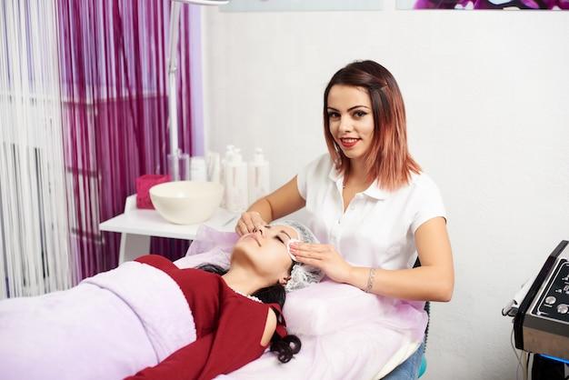 Cosmetologia. toalhetes faciais de secagem. procedimentos cosméticos limpeza mecânica do rosto.