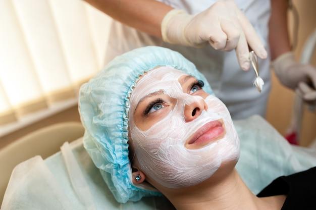 Cosmetologista faz a máscara linda garota