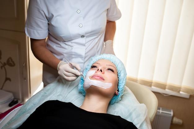 Cosmetologista faz tratamento de beleza