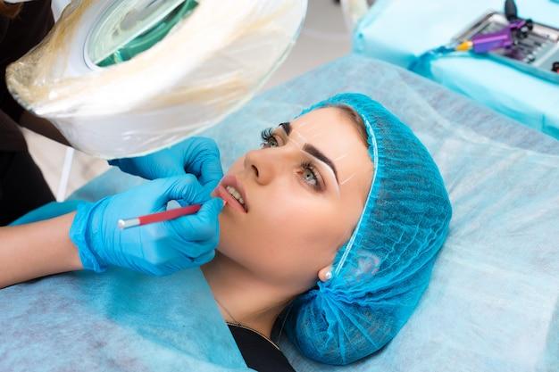 Cosmetologista fazendo maquiagem permanente no rosto de mulher