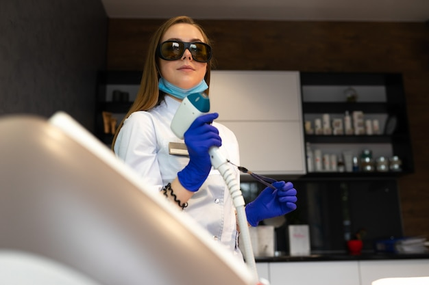 Cosmetologista feminina com laser