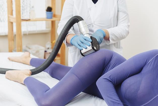 Cosmetologista. massagem de drenagem linfática processo de aparelho de glp.