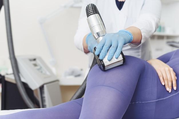 Cosmetologista. processo de aparelho de lpg de massagem de drenagem linfática