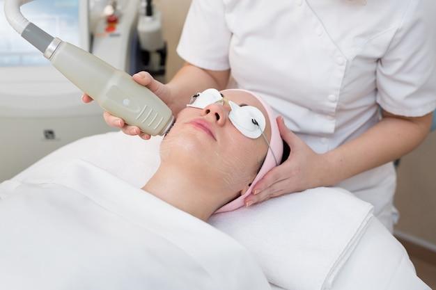 Cosmetologista profissional está fazendo tratamento de pele de rejuvenescimento de cavitação