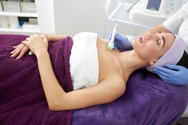 Cosmetologista profissional está realizando procedimentos para o cliente no gabinete