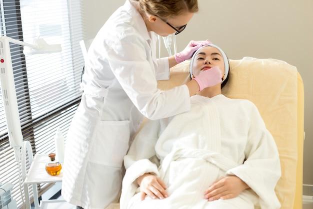 Cosmetologista realizando tratamento de beleza