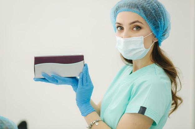 Cosmetologista segurando produto cosmético