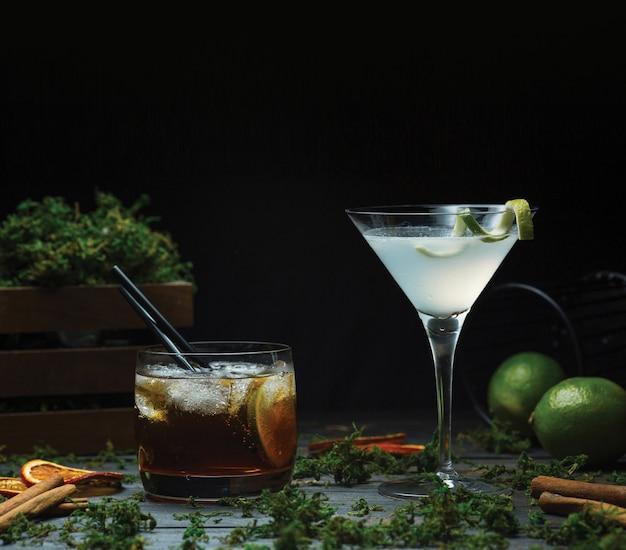 Cosmopolita ou martini com um copo de uísque fino