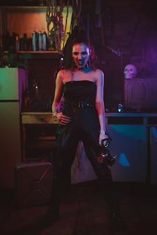Cosplay cyberpunk. garota com uma fantasia futurista no estilo cosplay steampunk. uma mulher com luzes de néon em uma garagem pós-apocalíptica