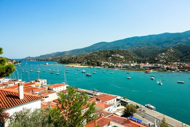 Costa da ilha de paros, na grécia, vista de cima em um dia de verão