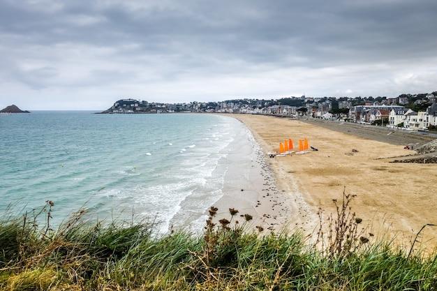 Costa da praia pleneuf val andre e paisagem da cidade bretanha frança