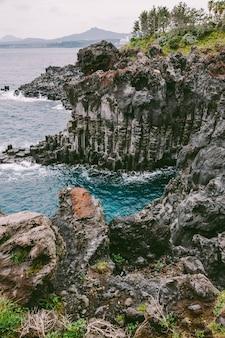 Costa da rocha vulcânica em jusangjeolli