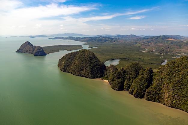 Costa de andaman da tailândia com montanhas ao lado do mar
