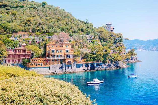 Costa de mar bonita com as casas coloridas em portofino, itália. paisagem de verão