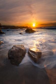 Costa de monterey ao pôr do sol, califórnia