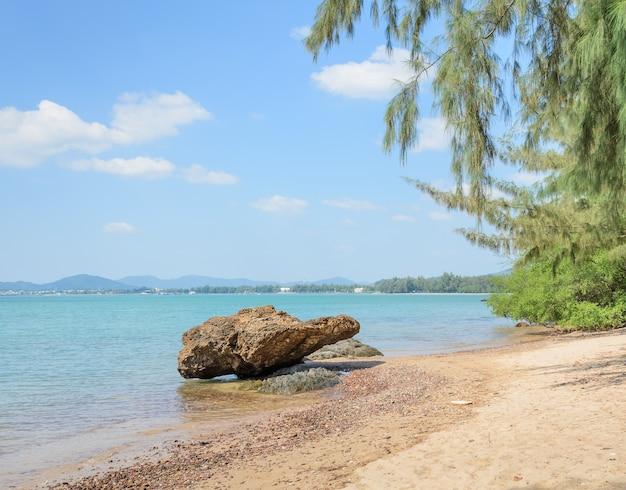 Costa de praia tropical com rocha na tailândia