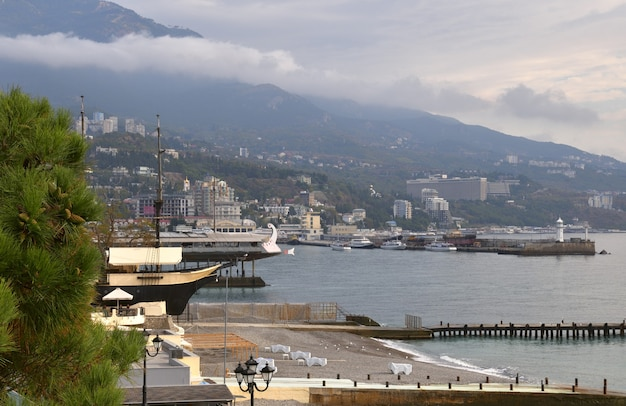 Costa de yalta na crimeia navios farol cais cais praias na orla de yalta