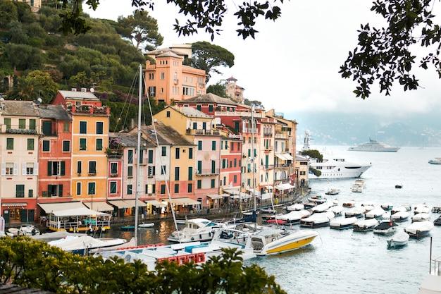 Costa do mar com casas coloridas em portofino