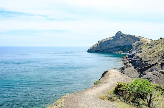 Costa do mar com vista para a montanha