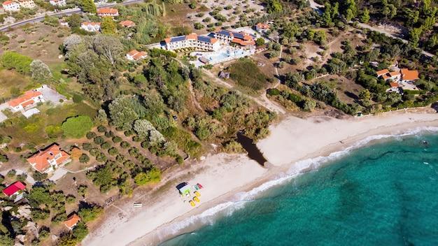 Costa do mar egeu da grécia, vista de alguns edifícios na costa, vegetação e resort