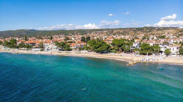 Costa do mar egeu da grécia, vista de nikiti do drone, vários edifícios