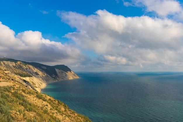 Costa do mar negro. montanha careca. belo mar azul em anapa