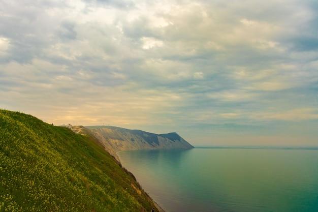 Costa do mar negro, montanha careca, lindo mar azul