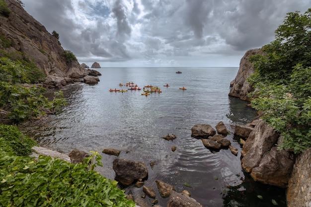 Costa do mar negro perto de gurzuf crimea kayaks estão entre as rochas