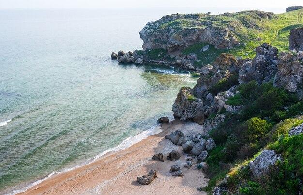 Costa do mar no verão. costa do mar de azov, na crimeia.