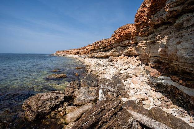 Costa do mar selvagem e pitoresca com pedras na costa da crimeia do mar negro, na área do cabo de chersonesos.
