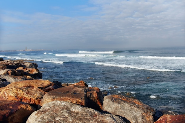 Costa do oceano atlântico, ondas violentas batendo na costa, o surf. casablanca, marrocos Foto Premium