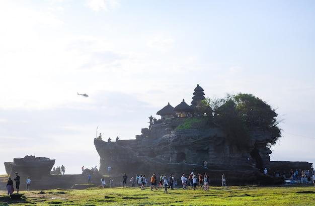 Costa do oceano perto do templo de tanah lot, bali, indonésia
