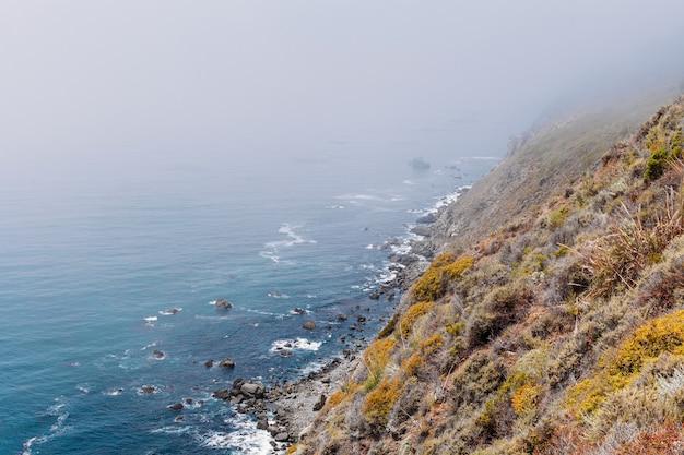 Costa do pacífico penhasco encosta vista para o mar viagem destino turístico califórnia