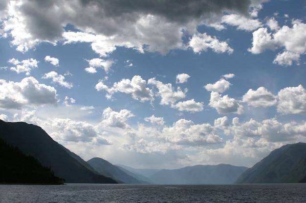 Costa do sul do lago teletskoye. altai