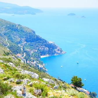 Costa e mar adriático perto de dubrovnik, croácia