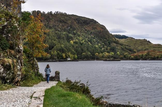 Costa escócia mulher caminhando