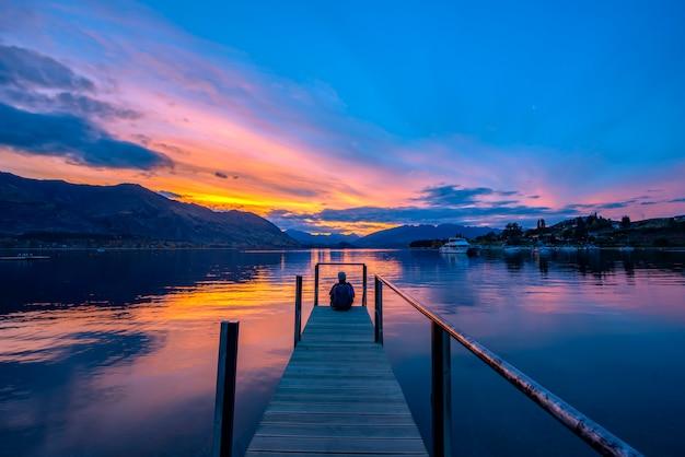 Costa oeste de mapourika nova zelândia do lago em twilice.