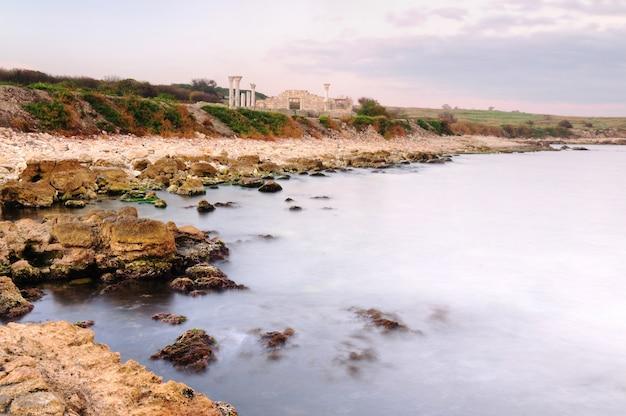 Costa rochosa abandonada perto do mar, chersonese