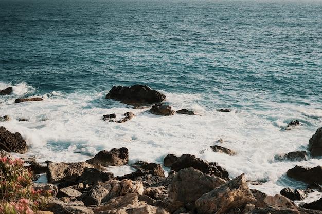 Costa rochosa com ondas espirrando