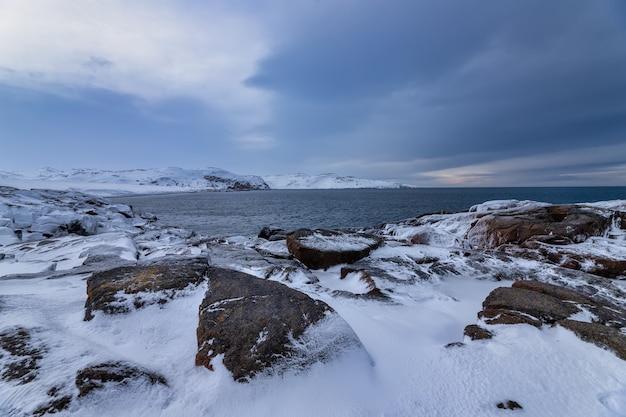 Costa rochosa da península de kola, teriberka, mar de barents