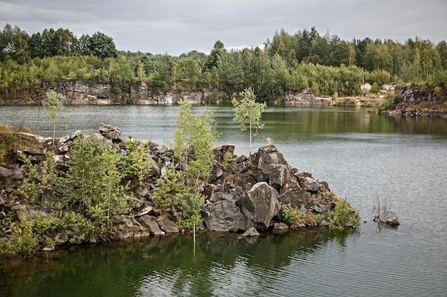 Costa rochosa de um lago natural e calmo