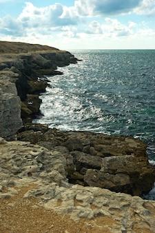 Costa rochosa deserta da crimeia, banhada pelas águas do mar negro