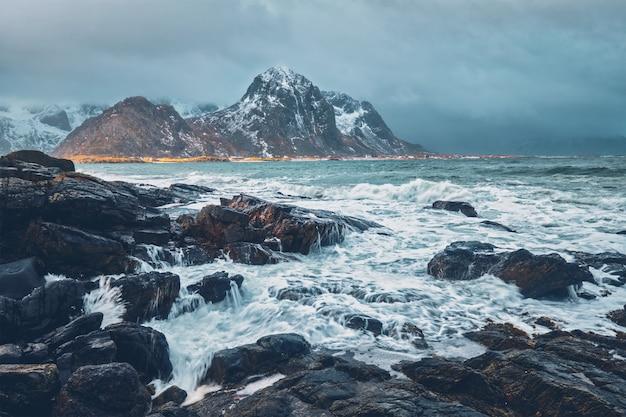 Costa rochosa do fiorde na noruega